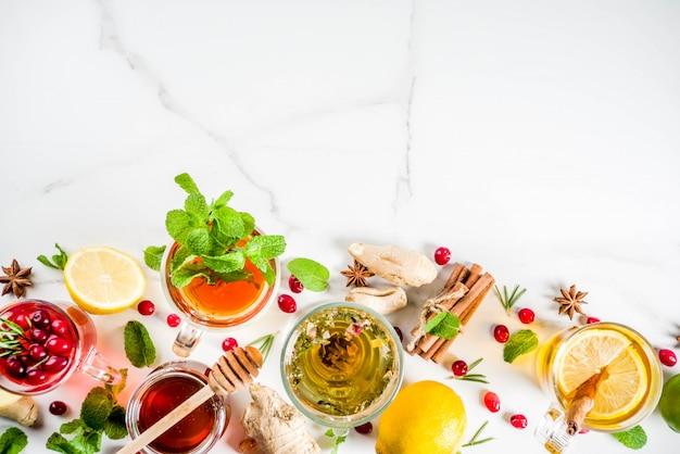Varias tazas de té de hierbas y frutas calientes de otoño invierno