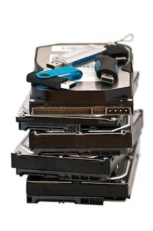Varias unidades flash usb colocadas en la parte superior del disco duro