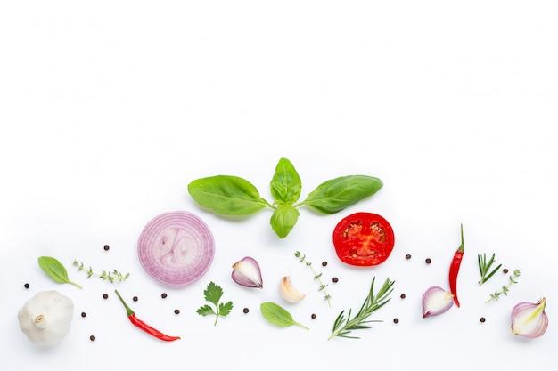 Varias verduras frescas y hierbas en el fondo blanco. concepto de alimentación saludable