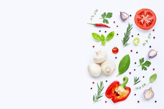 Varias verduras y hierbas frescas. concepto de alimentación saludable