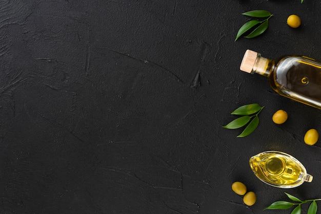 Variedad de aceites de oliva con copia espacio de fondo