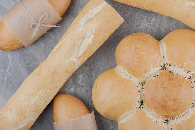 Variedad de alimentos de pan en la superficie de mármol