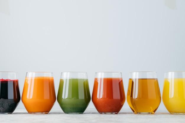 Variedad de bebida orangánica en vasos.