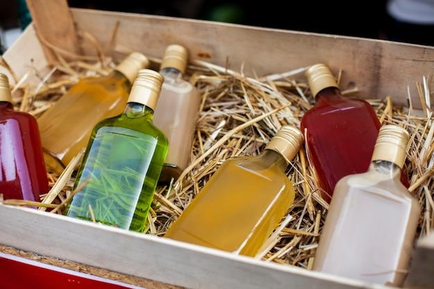 Variedad de bebidas en botellas de colores.