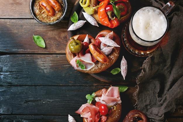 Variedad de bocadillos de carne en pretzels.