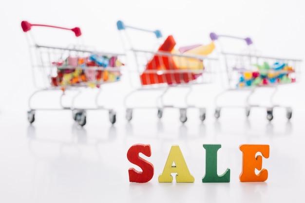 Variedad de carrito de compras con cartel de venta