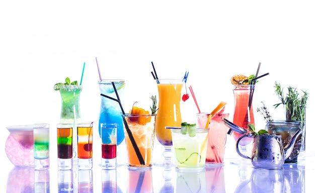 Una variedad de cócteles sobre un fondo blanco con reflejo