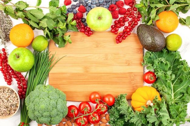 Variedad de coloridas frutas y verduras.