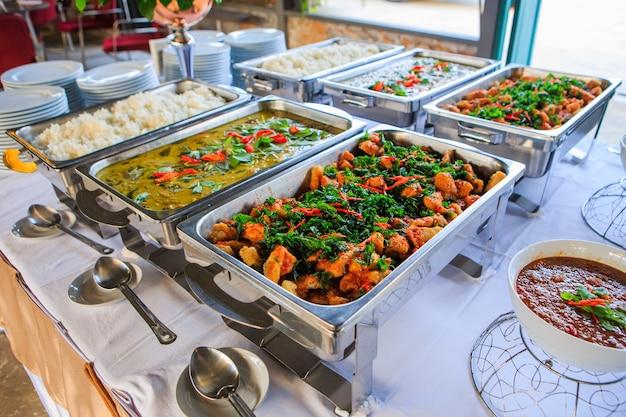 Variedad de comida tailandesa en comida rápida de estilo tailandés en el borde de la carretera