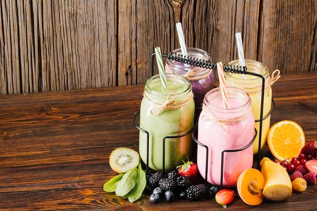 Variedad de composición de frutas y batidos.