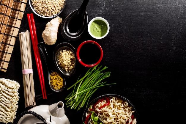Variedad defferent muchos ingredientes para cocinar sabrosa comida asiática oriental. vista superior con espacio de copia. fondo oscuro. encima. viraje.