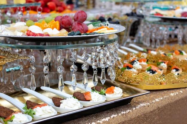 Variedad de deliciosos aperitivos deliciosos en la mesa