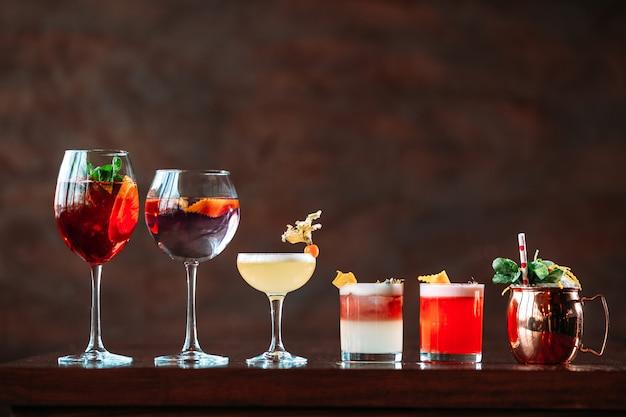 Variedad de diferentes cócteles de alcohol dulce.