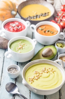 Variedad de diferentes sopas de crema de verduras en tazones.