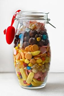 Una variedad de dulces y golosinas en el banco. dulce regalo