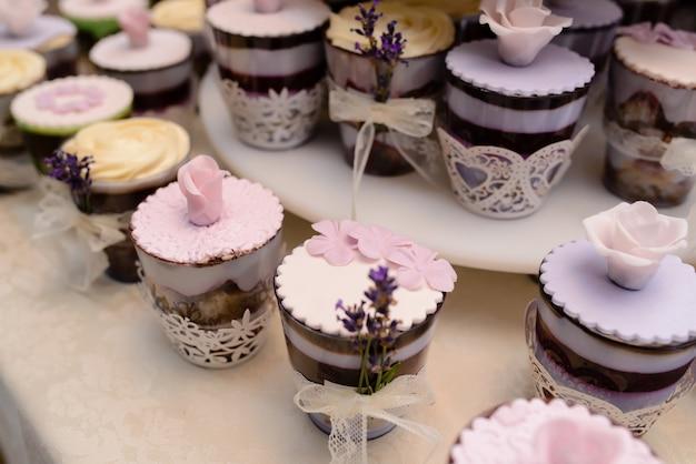 Una variedad de dulces y pasteles.