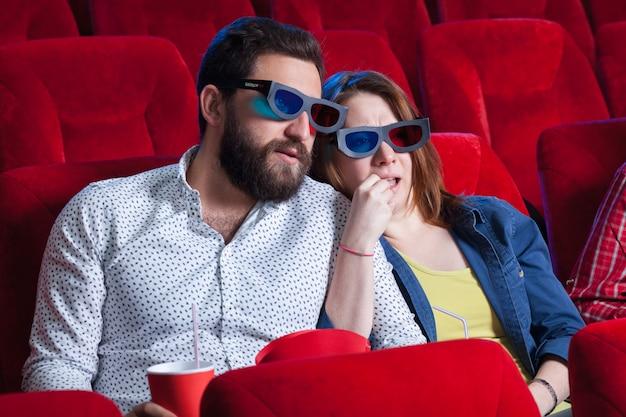 Una variedad de emociones humanas de amigos sosteniendo una cola y palomitas de maíz en el cine.
