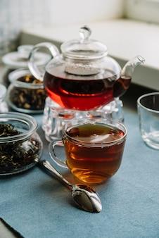 Variedad de envases de té y cuchara.