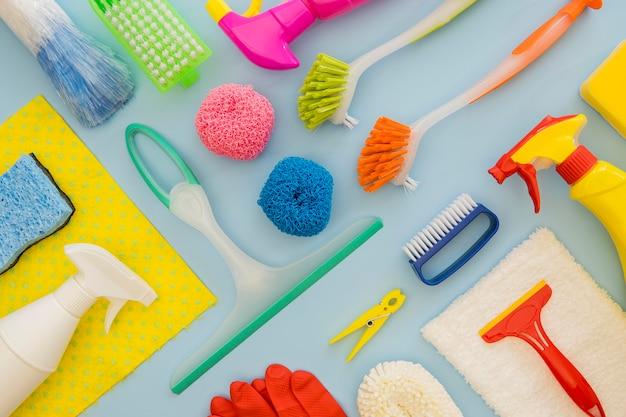 Variedad de equipos de limpieza en la mesa.