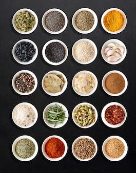 Variedad de especias para cocinar.