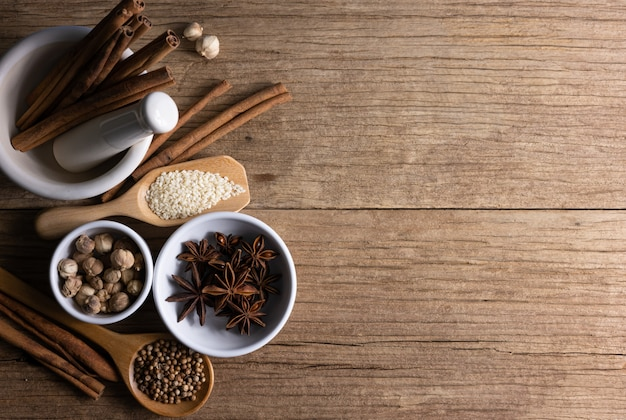 La variedad de especias y hierbas naturales complementa la comida sana en la tabla rústica.