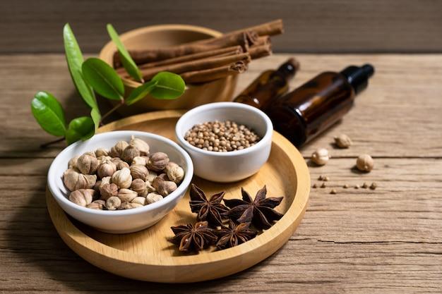 Variedad de especias tailandesas e indias y suplementos de hierbas naturales.