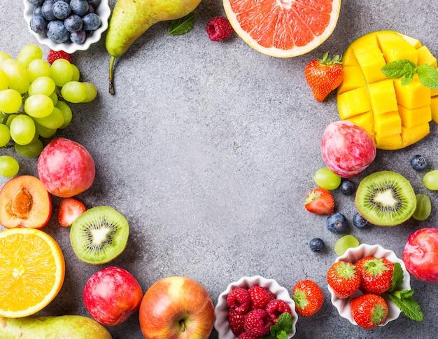Variedad de frutas y bayas frescas