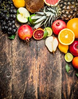 Variedad de frutas frescas. sobre una mesa de madera.