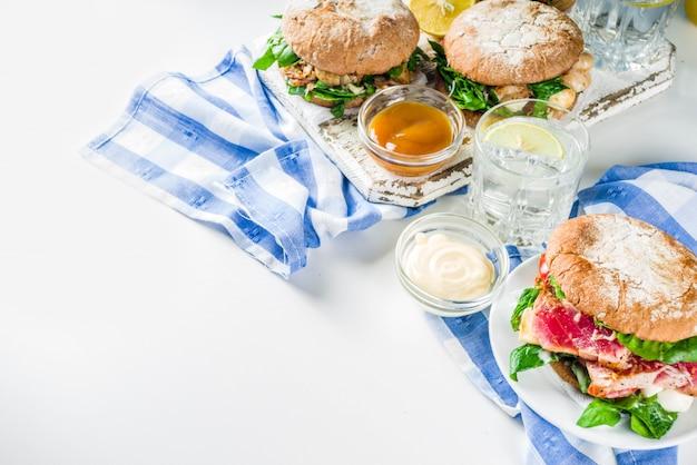 Variedad de hamburguesas de mariscos y pescados.