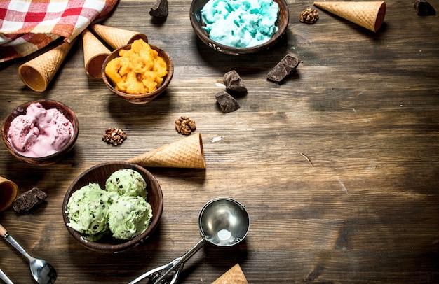 Variedad de helados de frutas en tazones