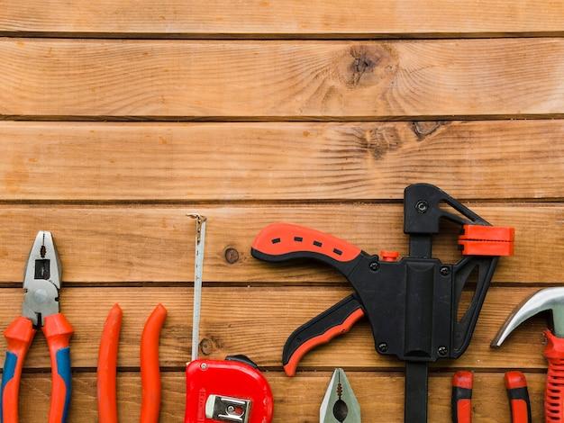 Variedad de herramientas de carpintería en mesa.