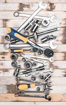 Variedad de herramientas de carpintería sobre tablones de madera.