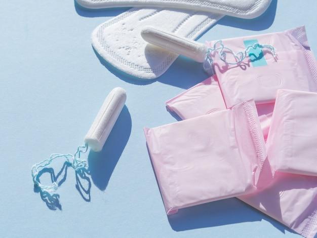 Variedad de higiene menstrual femenina en posición plana