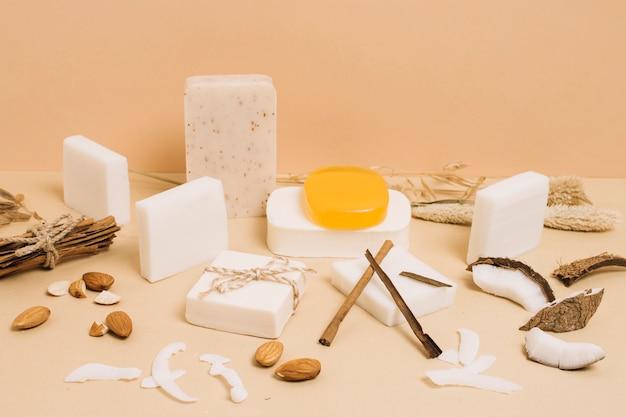 Variedad de jabón orgánico de coco en formas y tamaños.