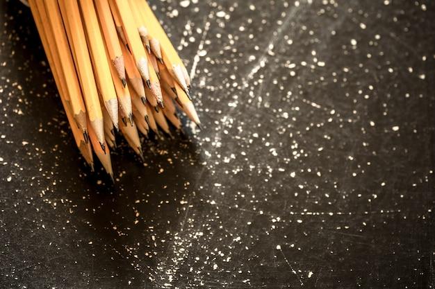 Una variedad de lápices de grafito