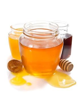 Variedad de miel en tarro aislado sobre fondo blanco.