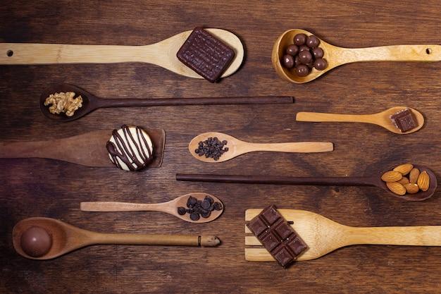 Variedad de modelos de cucharas y sabores de chocolate.