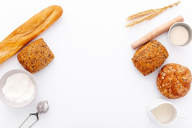 Variedad de panes horneados marco con espacio de copia