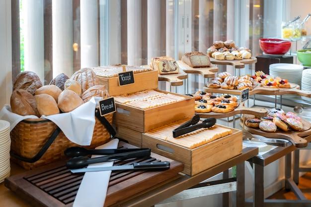 Una variedad de pasteles recién hechos en desayuno buffet en un hotel de lujo.