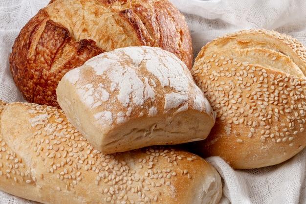 Variedad de primer plano de pan horneado