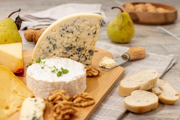 Variedad de primer plano de queso y frutas.