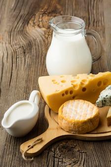 Variedad de primer plano de queso gourmet listo para ser servido