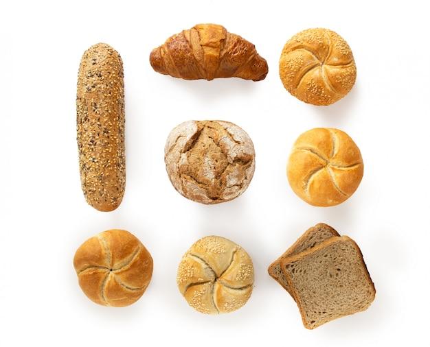 Variedad de productos de panadería frescos, vista superior aislada sobre fondo blanco