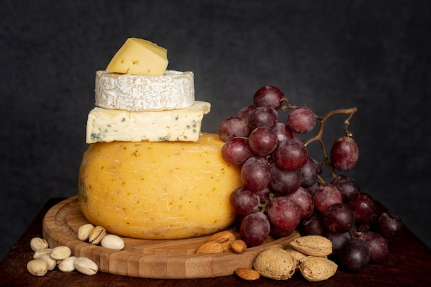 Variedad de queso con uvas frescas.