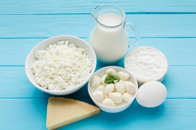 Variedad de quesos orgánicos con leche.