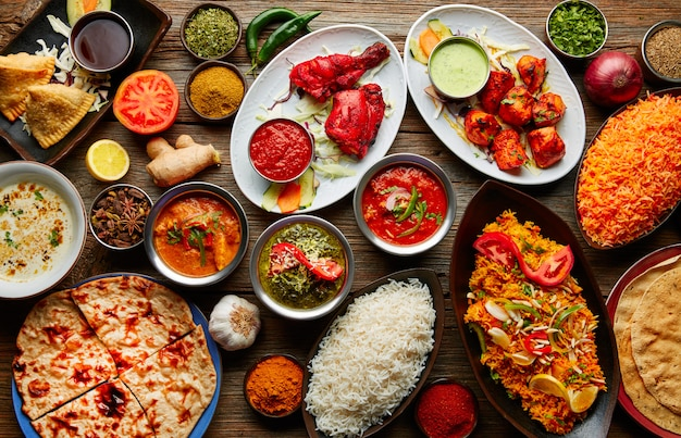 Una variedad de recetas indias de comida variada.