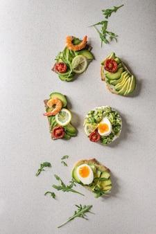 Variedad de sandwiches de aguacate.