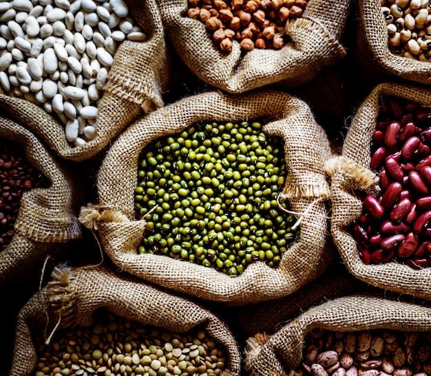 Variedad de semillas de productos en el saco.