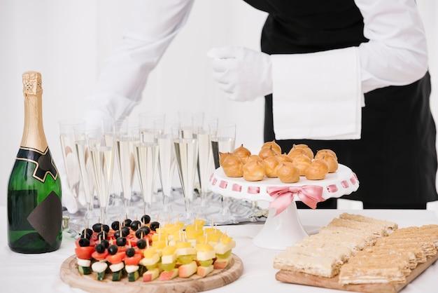 Variedad de snacks servidos con bebidas.