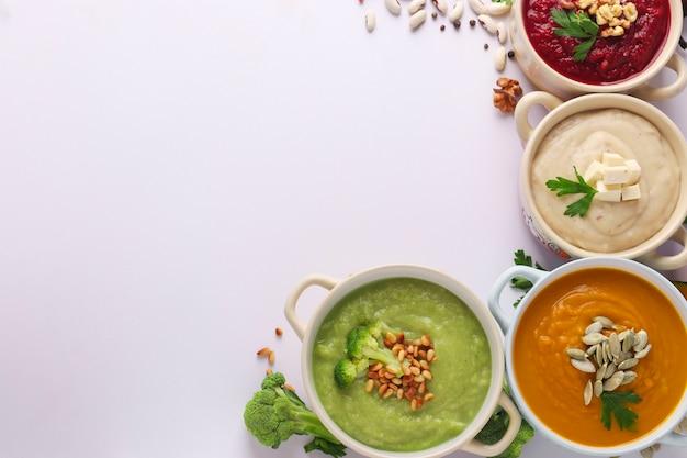 Variedad de sopas de crema de verduras con espacio de copia
